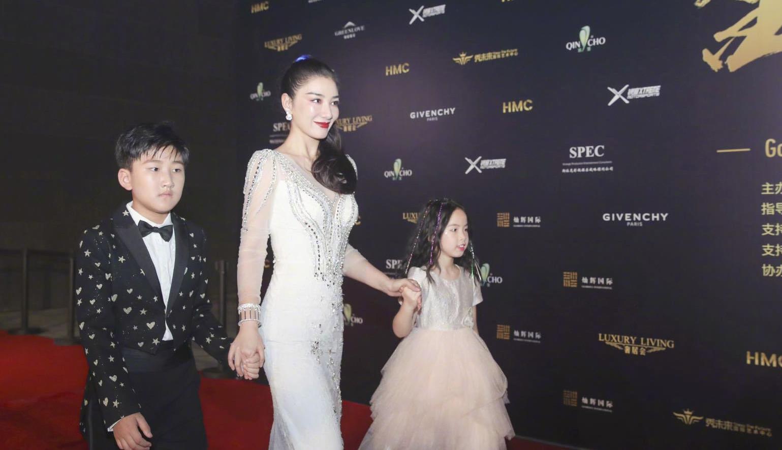 """42岁黄奕携女儿走红毯,穿白色""""礼服裙""""真美,不像7岁孩子的妈"""
