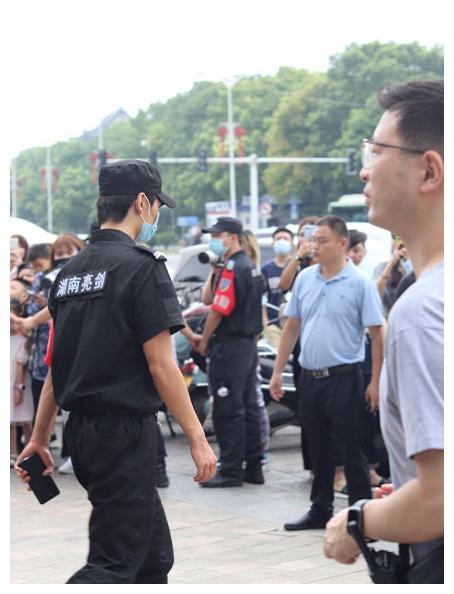 """杨洋伪装成保安站在路边,看到把脸""""涂黑""""后的颜值,粉丝都懵了"""