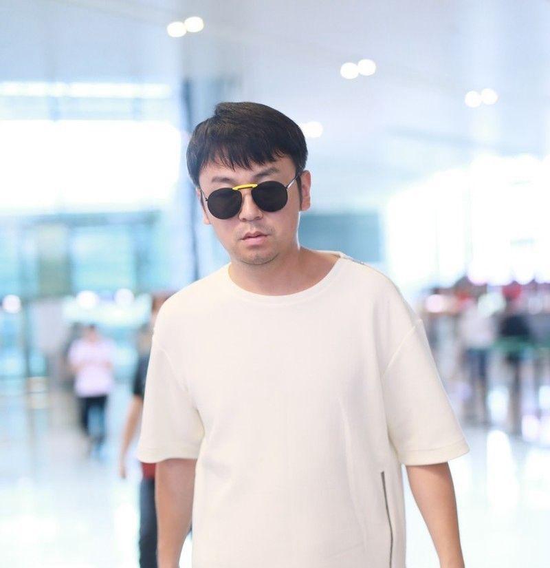 男演员雷佳音现身机场,穿白色T恤蓝色卡通短裤,回力鞋休闲随性