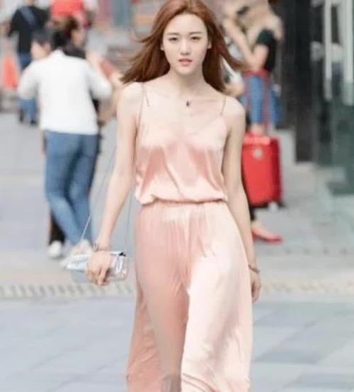 """街拍:小姐姐美女穿真丝""""睡衣""""就出街,在梦游?"""