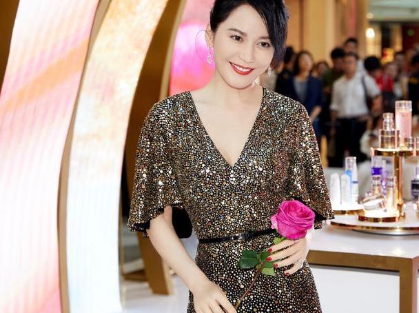 俞飞鸿真是不服老,V领亮片裙凹造型,完全看不出真实年龄