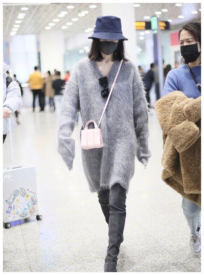 王鸥不愧是气质型姐姐!毛衣配长靴,机场也走成红毯