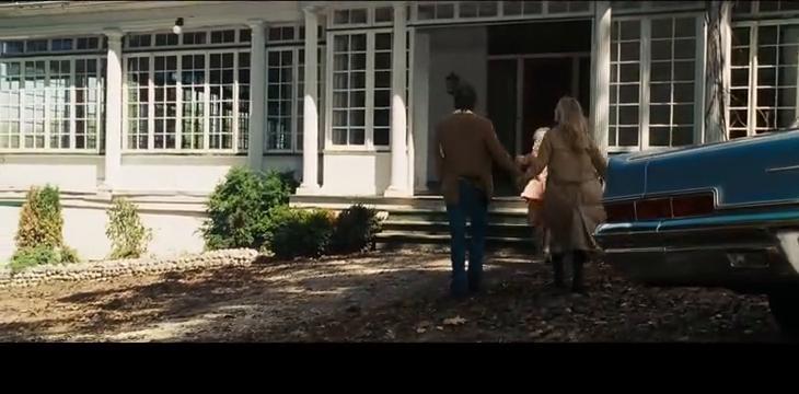 安米蒂维尔小镇的房主带凯瑟琳来看房子,他们对这很满意