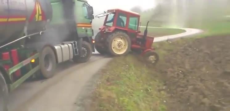 拖拉机拖大货车,爆轰油门,你真的能拉出大货车