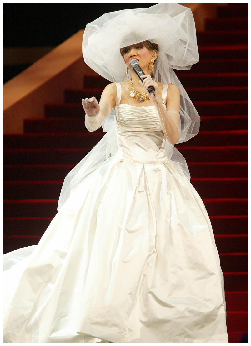 """梅艳芳舞台上""""风情万种"""",穿上婚纱真漂亮,没想到成了告别造型"""
