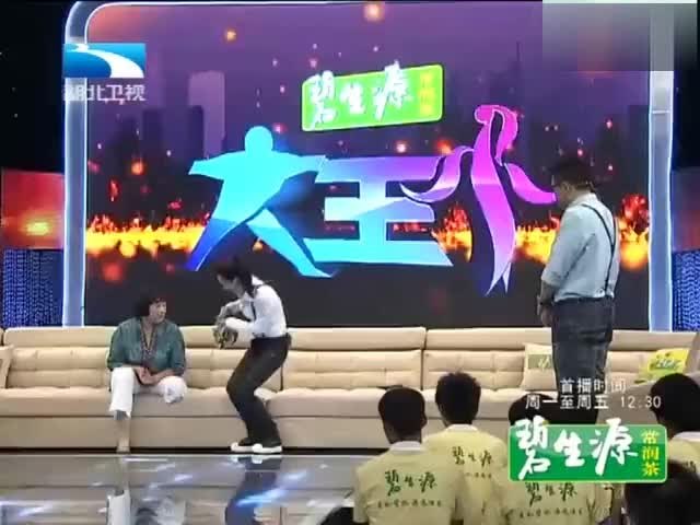 她是昔日的残奥冠军刘玉坤,现场讲述年少时因意外双腿截肢的经历