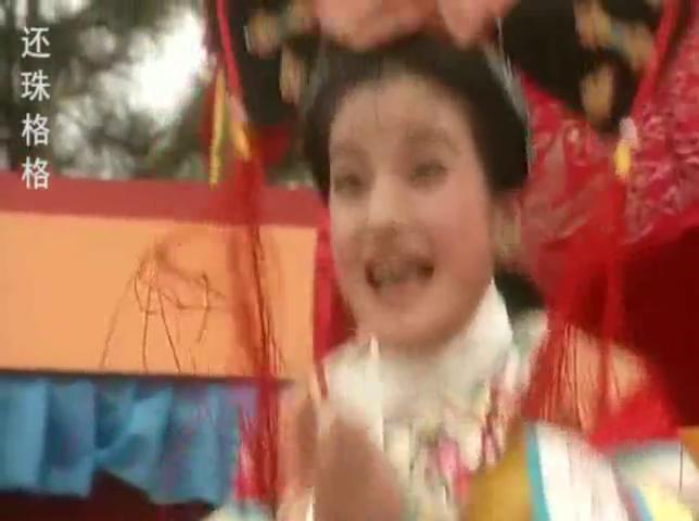 比武大会上本国武士赢了,小燕子高兴的朝塞娅做鬼脸,还跳了起来