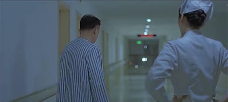 小男孩出院后面一直跟着老大爷?两人还穿着病号服