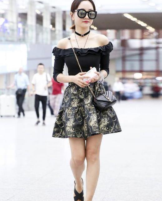 杨蓉打扮不显年纪,保养得好上身骨感没赘肉,穿一字肩轻松秀身材
