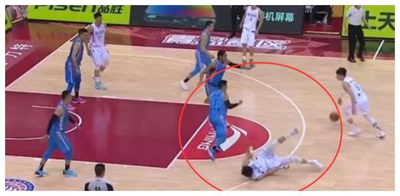 林书豪和周琦相撞,2米17的周琦却倒在了地上,脸上出血挂彩
