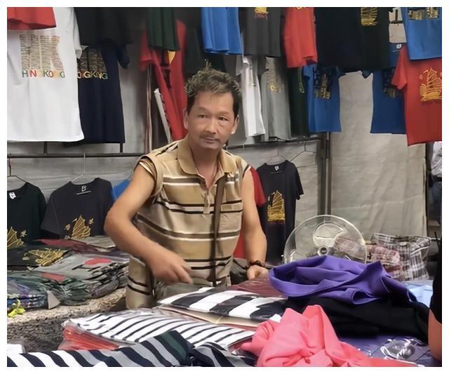 66岁TVB黄金配角·廖启智,晚景沦落到以摆摊为生?