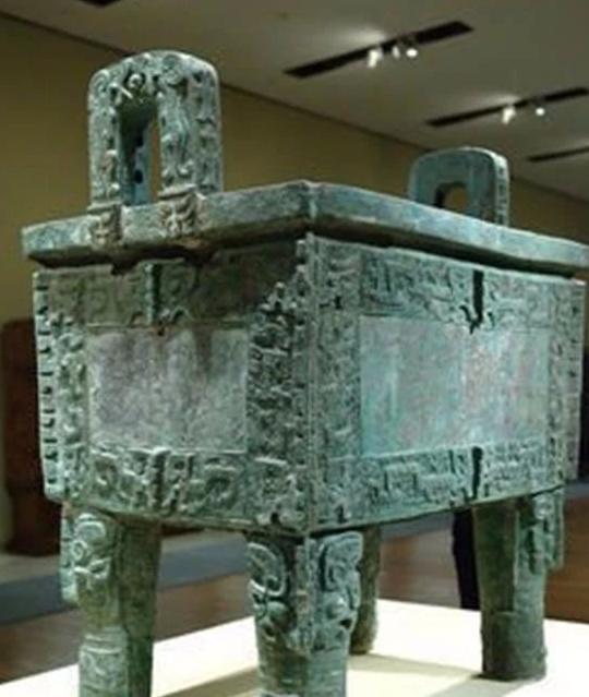 出土的商代青铜器显示,那时生产分布区域广,各种器物种类繁多