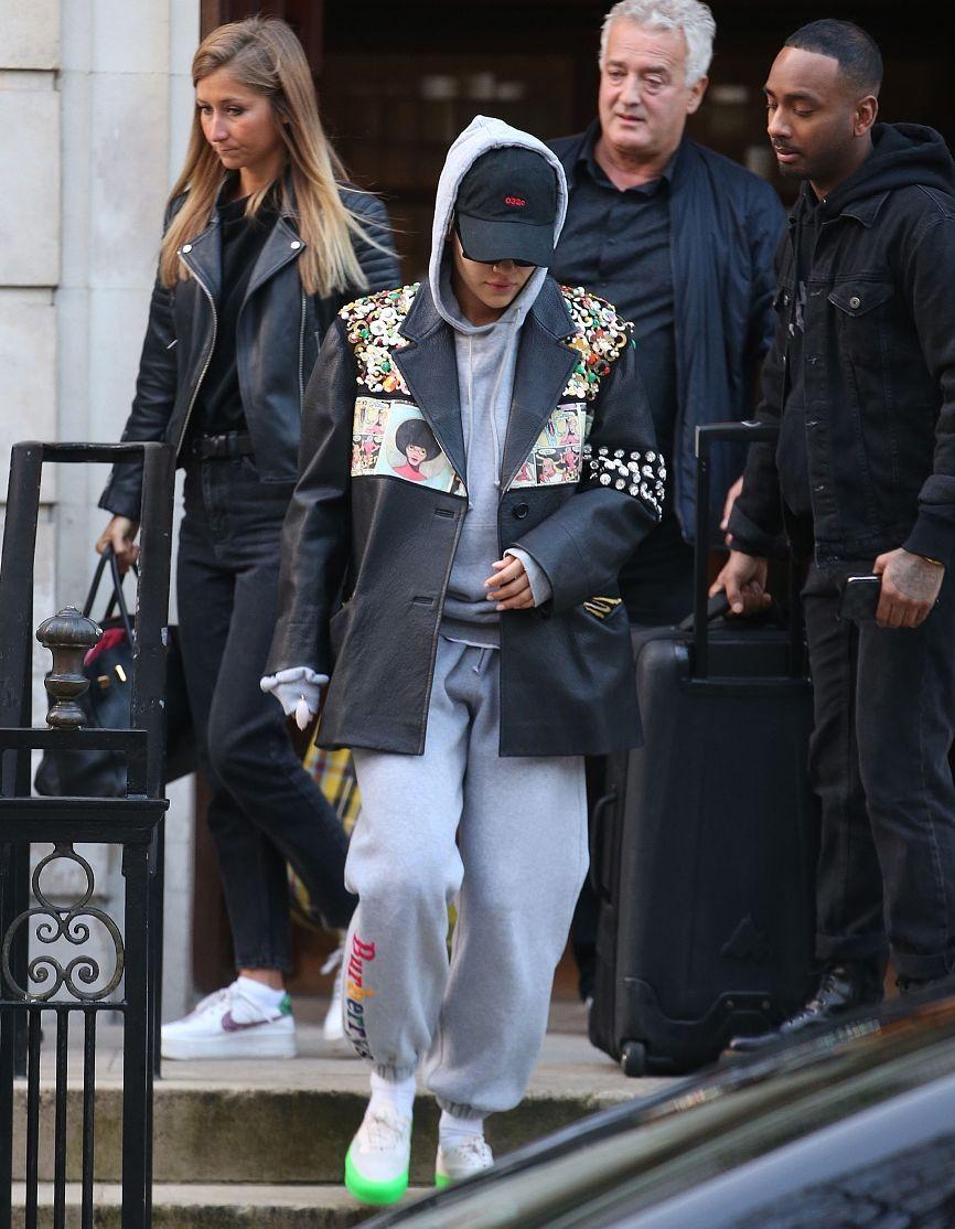 瑞塔·奥拉街拍:漫画皮夹克帽衫 Burberry运动裤球鞋低调街头风