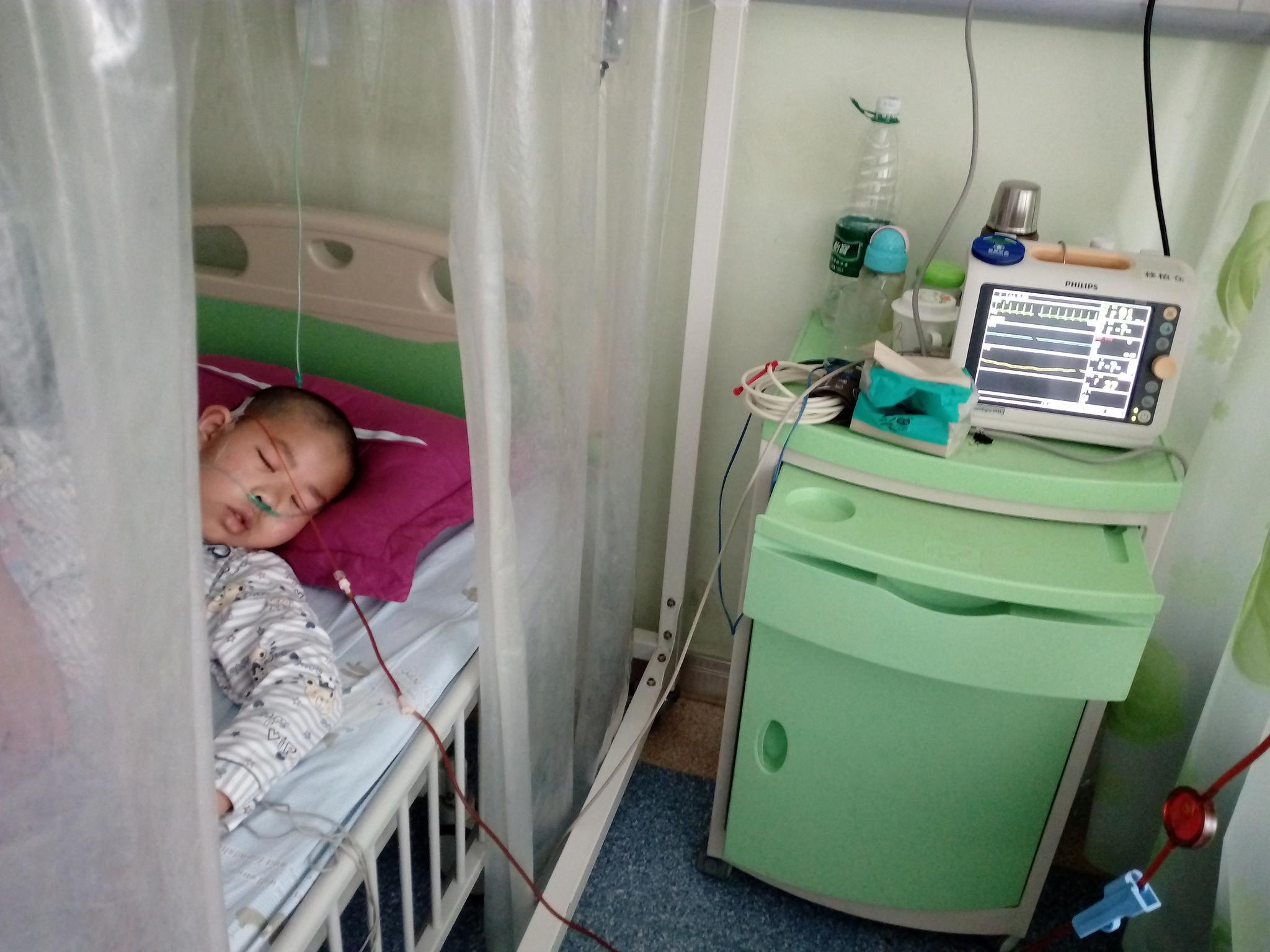 男孩双眼流血几度失明,中年母亲面临失独为儿求救:我想他活着