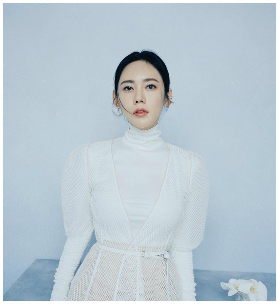 """秋瓷炫不再穿""""品如""""衣服,改穿时髦粉色纱衣,波浪卷发不像40岁"""