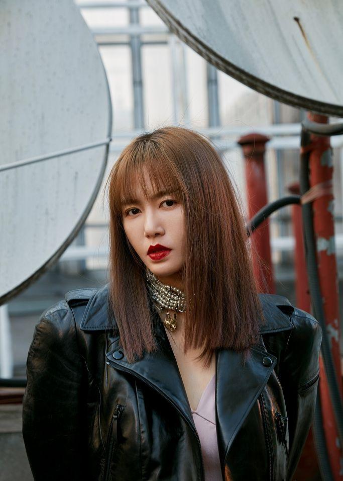同样是机车外套,谭维维烈焰红唇、林心如帅气妩媚、杨颖湿发背头