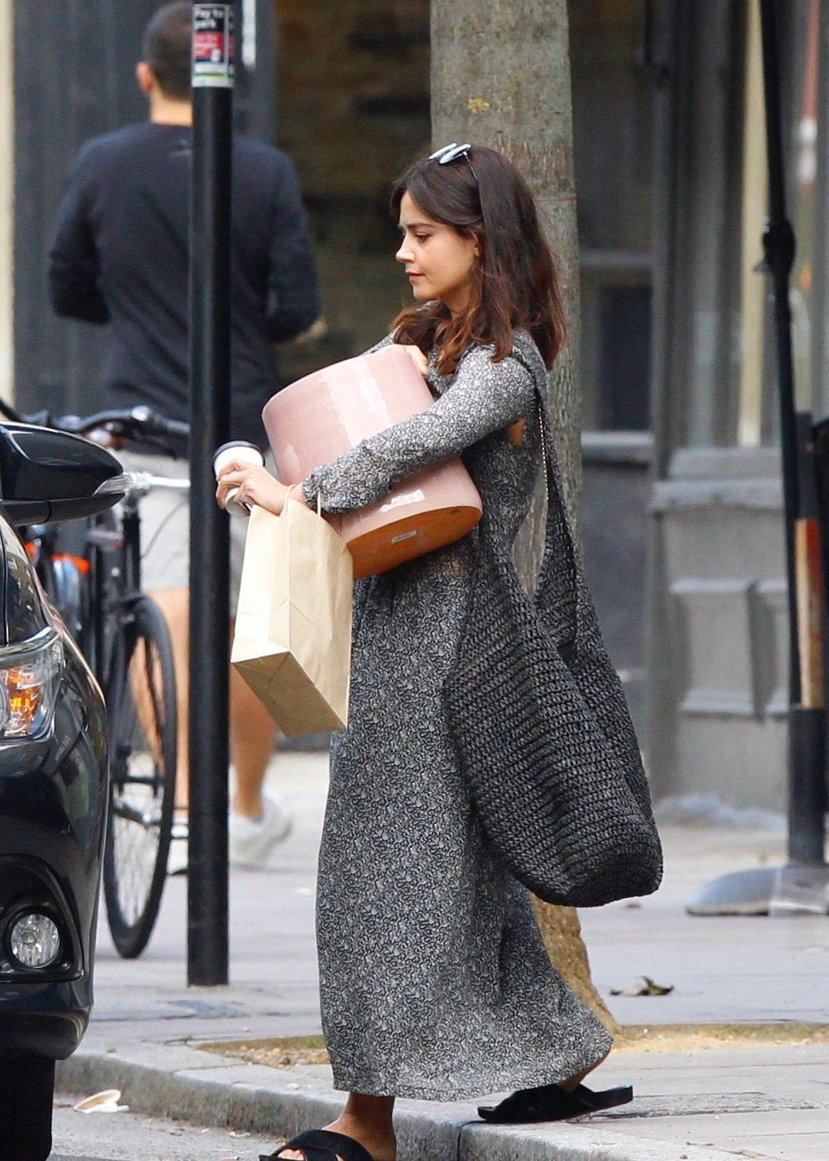Jenna Coleman伦敦购物新街拍,刚迁新居的她买了一个好大的花瓶