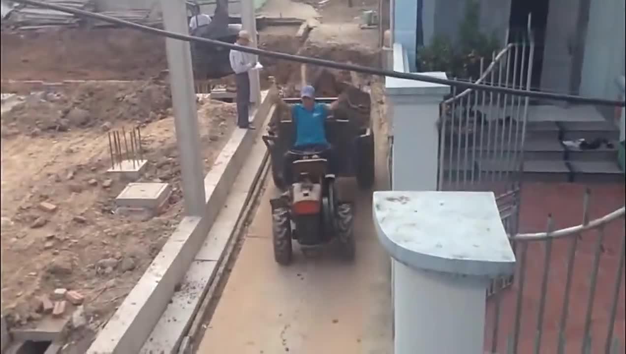 拖拉机师傅厉害了,倒车转弯都那么流畅