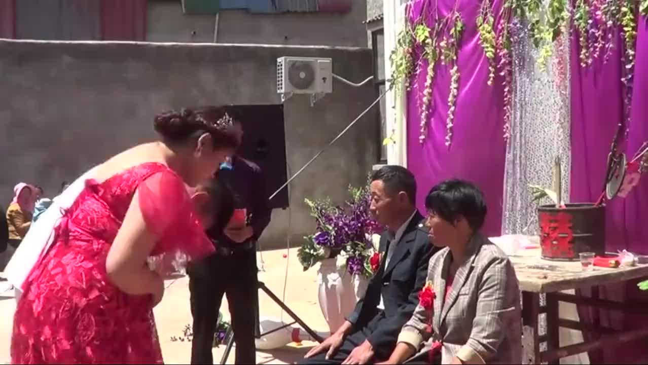 河南一海军结婚,军嫂丰满迷人,贤惠大方,公婆十分满意