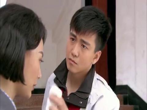 两人在剧院的楼梯口亲密交谈,王帆杨亲昵地为郁珠擦汗