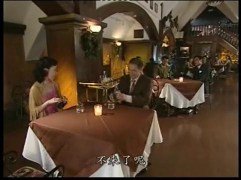 老板约舞女吃饭,被旁边桌看在眼里,记者的表情亮了