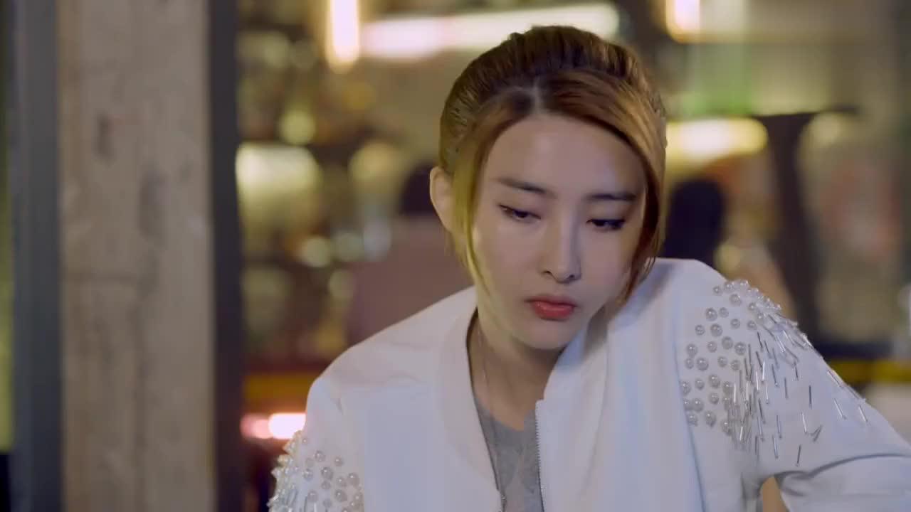 胡丹丹不理解贾景晖为什么不签母亲的协议在酒吧向好友倾诉