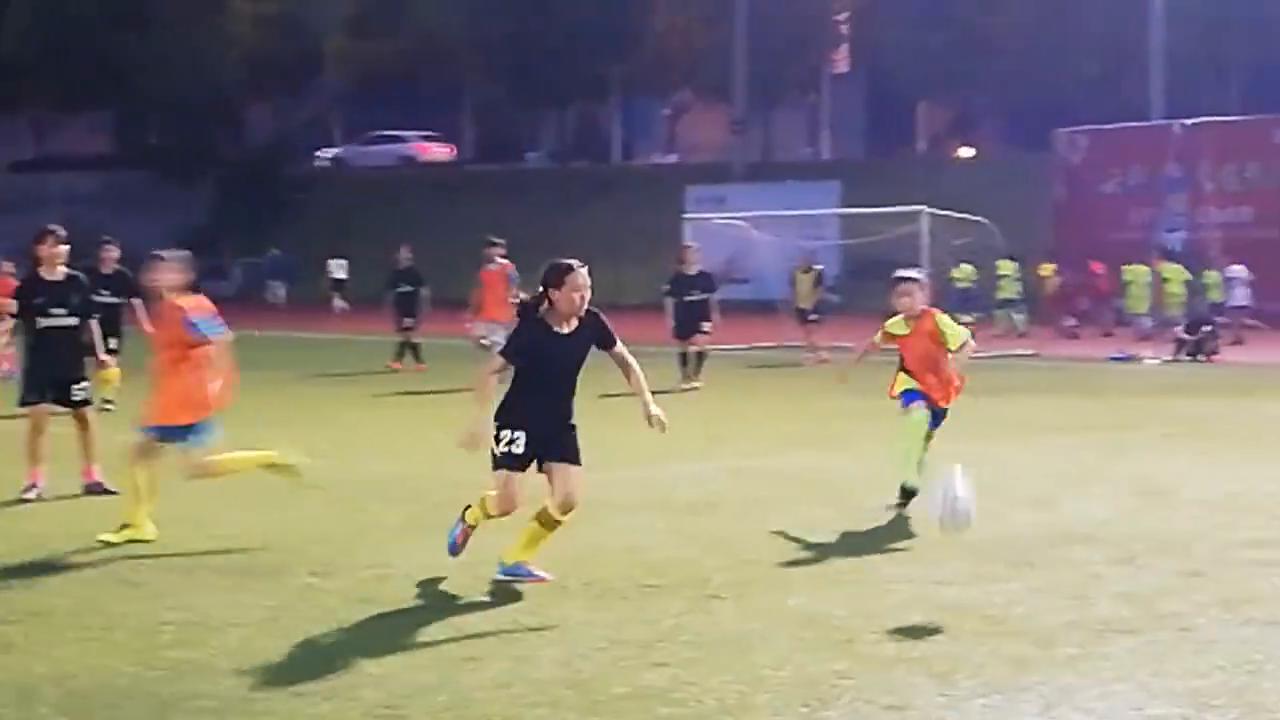 女大学生PK小学男生足球训练赛