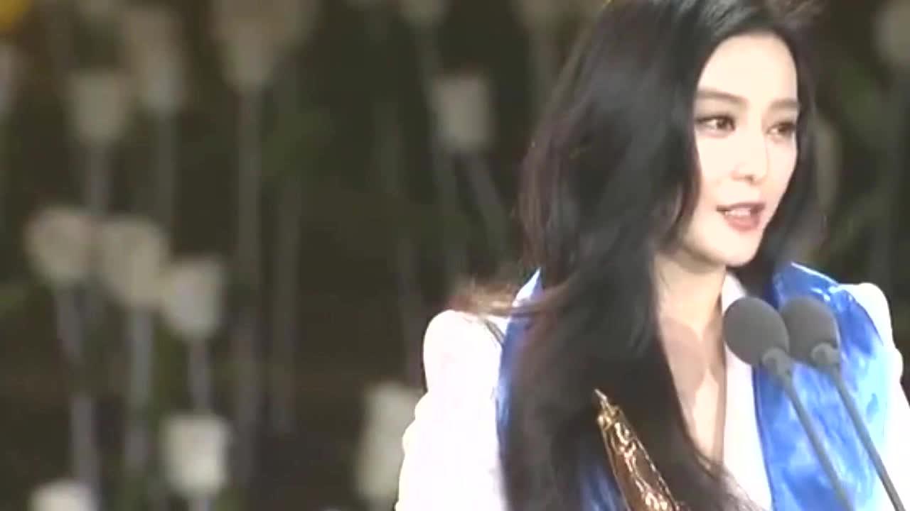 范冰冰出席颁奖晚会,李晨直接冲上台祝贺,范冰冰下意识搂入怀中