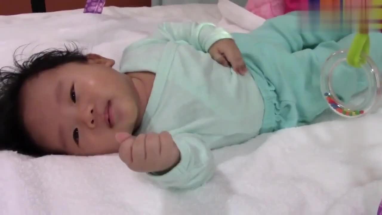 3个月的宝宝可怜巴巴想抱抱,爸爸心一横就不抱,随后一幕好可爱