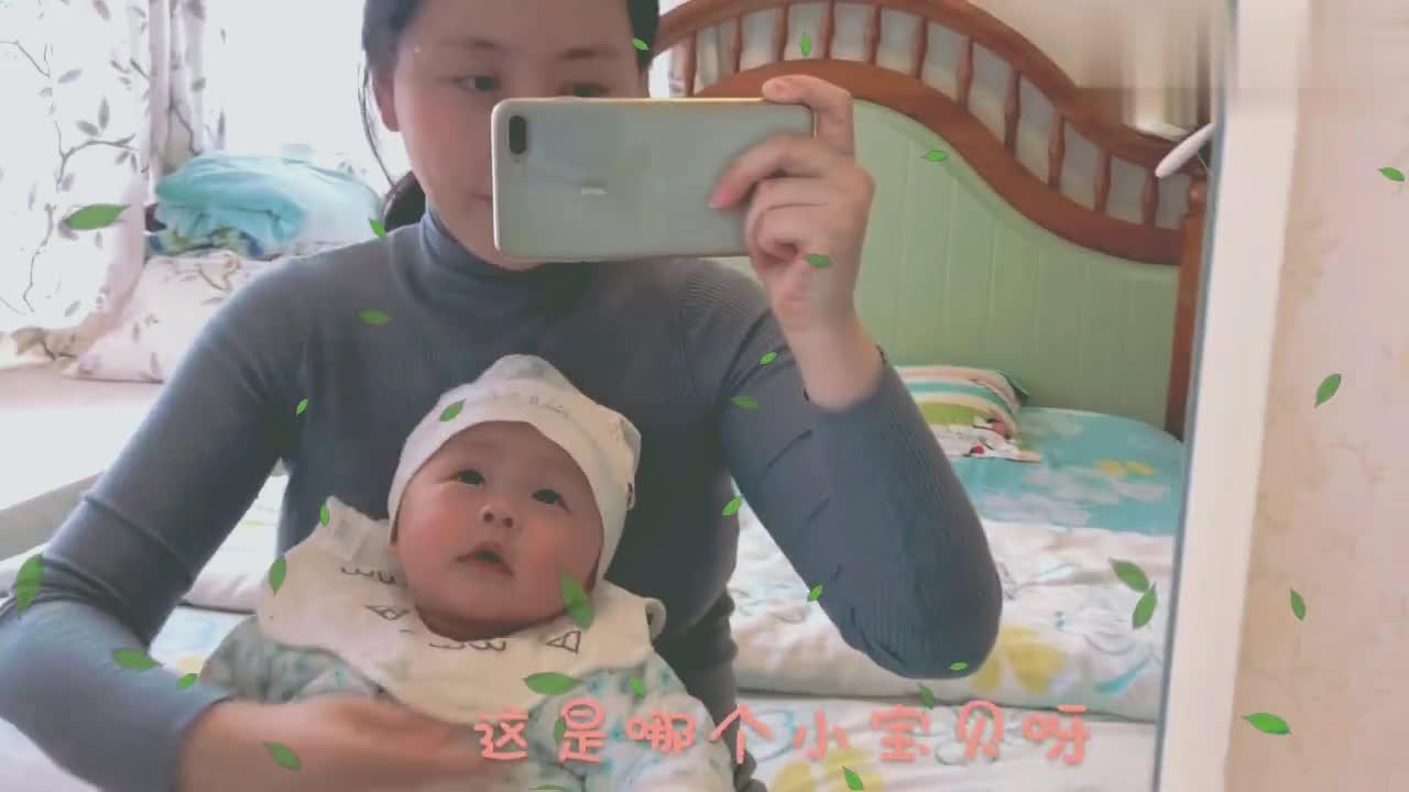 宝宝照镜子,以为看到另一个小朋友高兴地手舞足蹈,萌萌哒