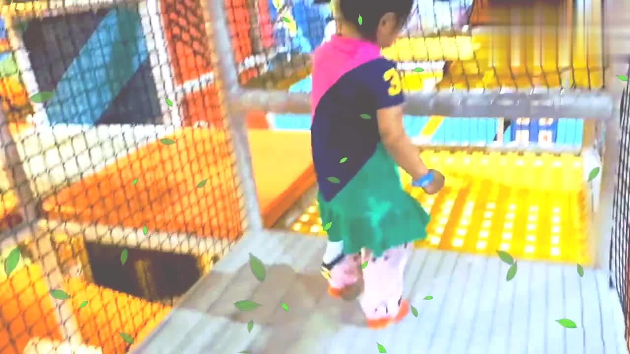 妈妈陪宝宝淘气堡里玩,长长的环形滑滑梯,好玩,美好的亲子时光