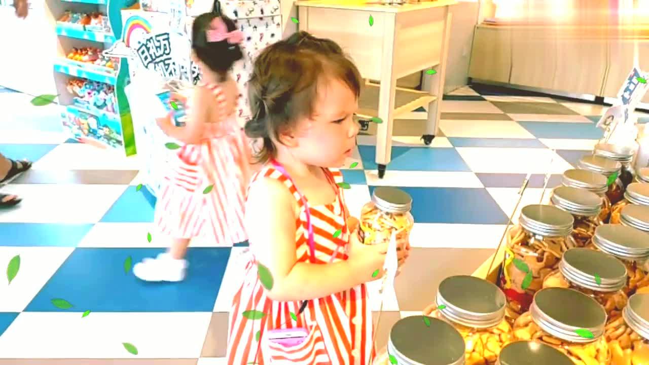 亲子时光,岁外国爸爸和岁双胞胎女儿滑滑梯玩嗨了,好欢乐
