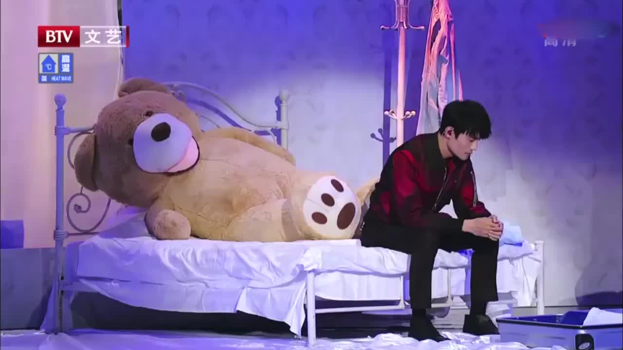 王凯深情演唱《为你我受冷风吹》,低沉烟嗓演绎受情伤男人!