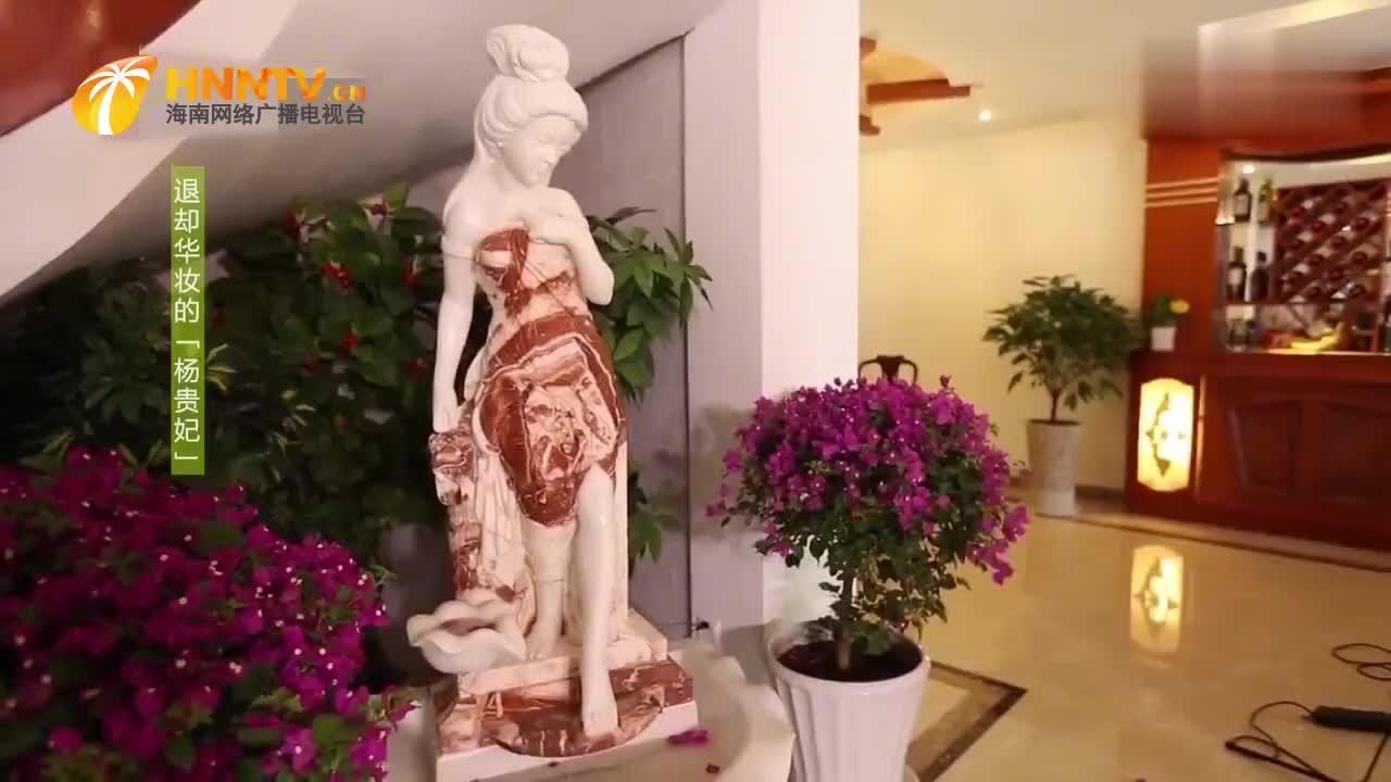 林芳兵展示贵妃出浴雕像,用汉白玉和鸡血石,雕琢而成