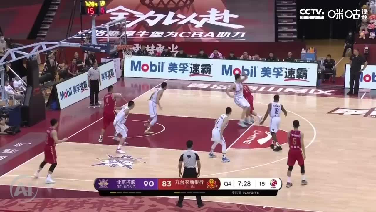 吉林队张彪避开防守,交叉步上篮得分,缩小两队比分