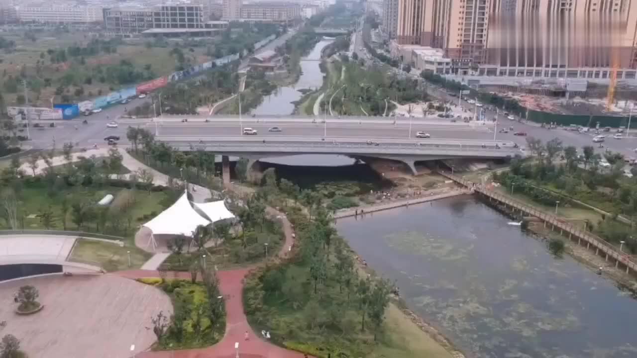 不愧是陕西省最富裕的县城,高楼大厦林立,有望成为下一个咸阳
