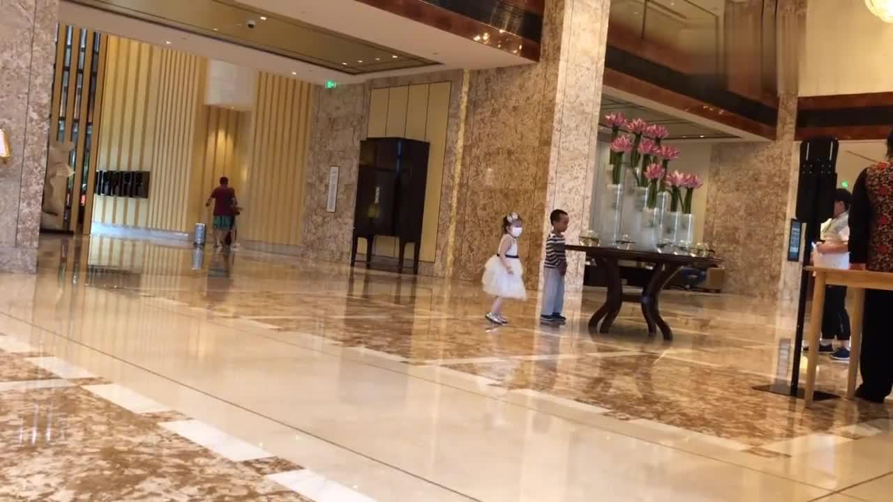 到杭州了,入住香格里拉酒店,地理位置好,五分钟步行到西湖。