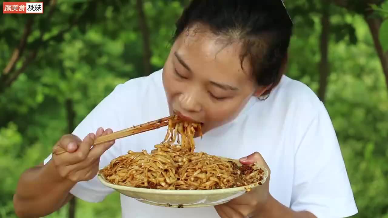 秋妹今天做杂酱面,酱香十足,比吃肉都过瘾,一吃一大盘,真美味