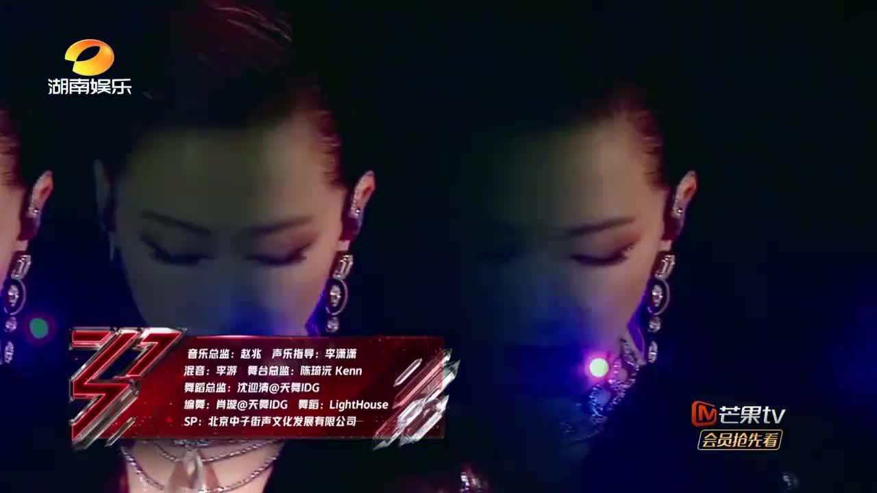 王霏霏组演唱《Manta》,万茜油头造型太飒了,配上特效绝了!