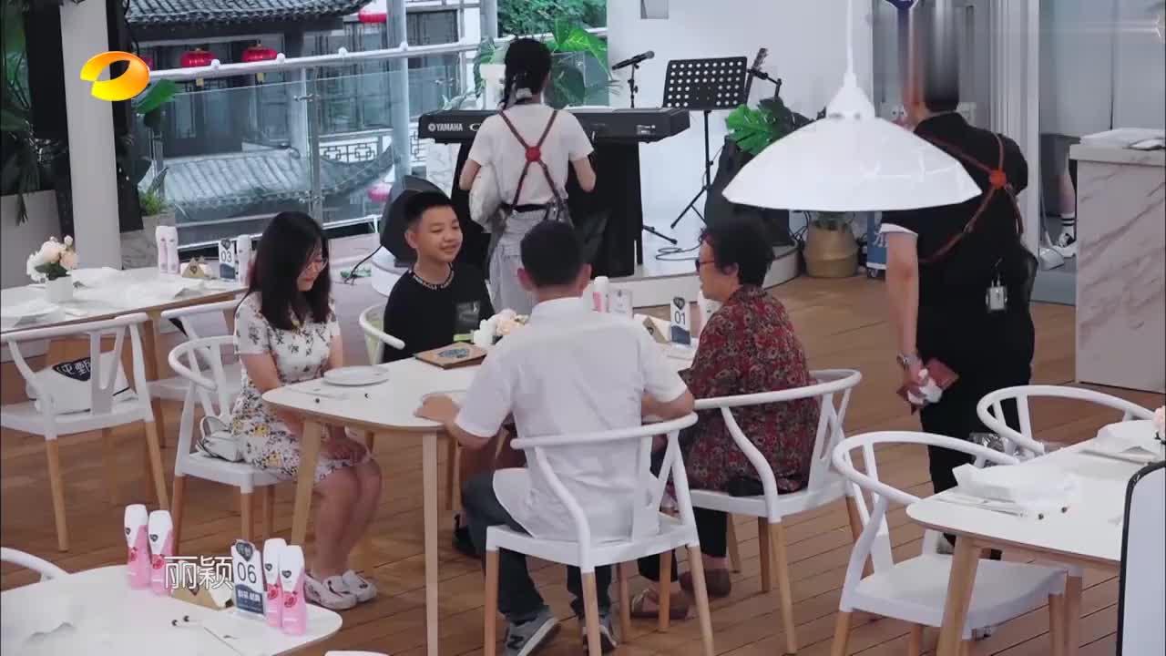 赵丽颖成最火爆服务员,客人争着抢着让她点菜,黄明人气都被碾压