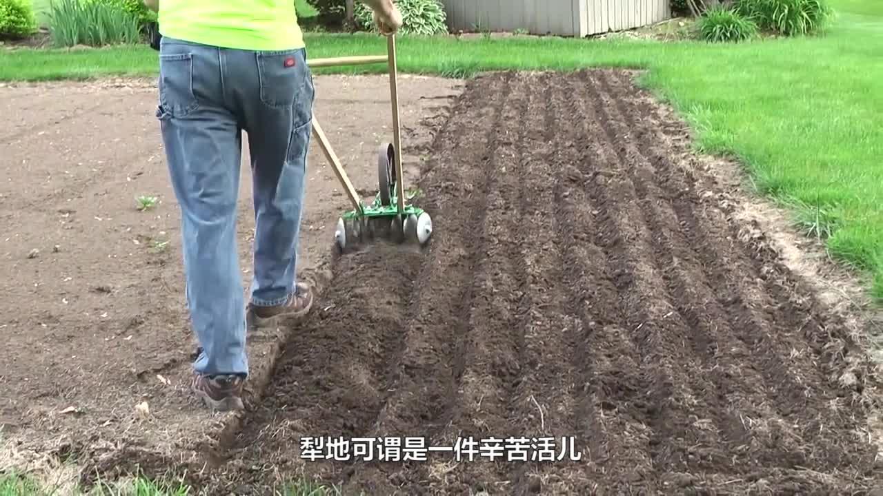 农村老大爷发明高效犁地机,一个小时犁一块地,600元造一台