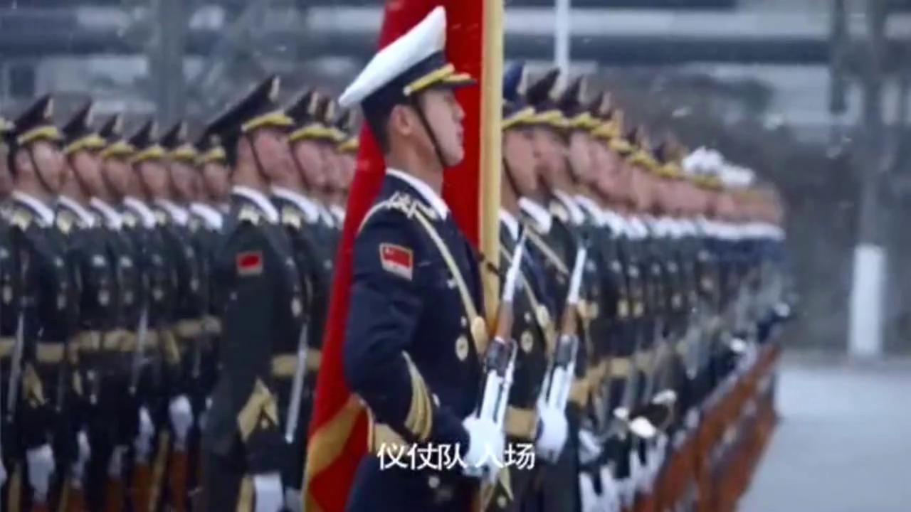 风雪中的解放军三军仪仗队,从未见过这样的出场方式,太硬汉了!