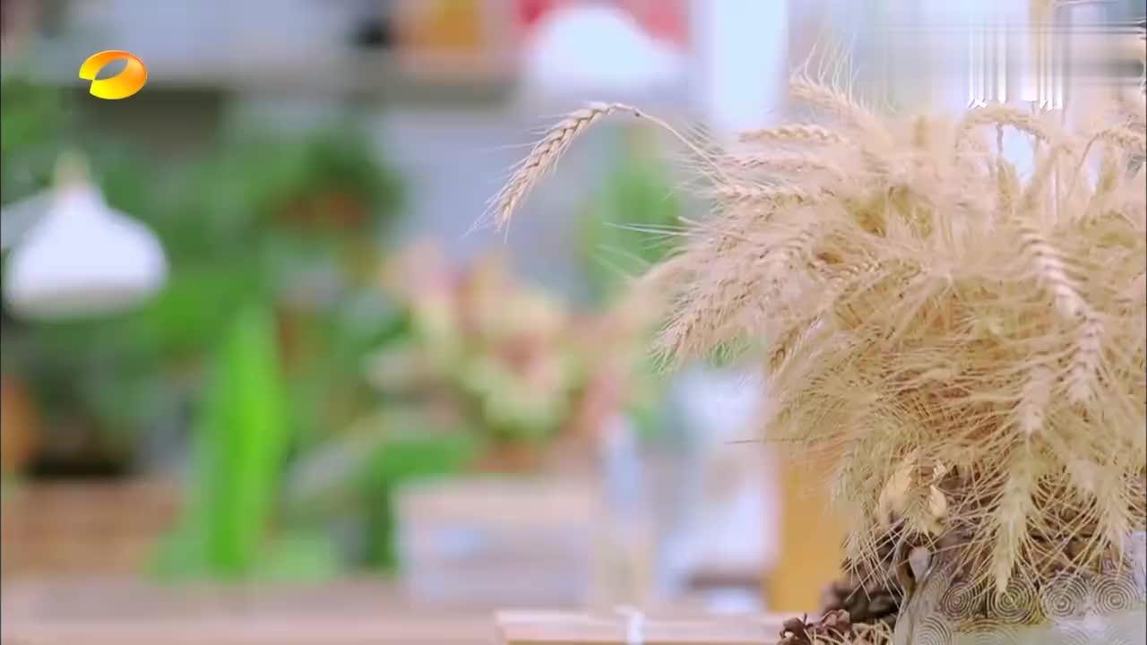 关晓彤王一博甜蜜约会,为关晓彤惊喜送花,一身白衬衣颜值爆屏