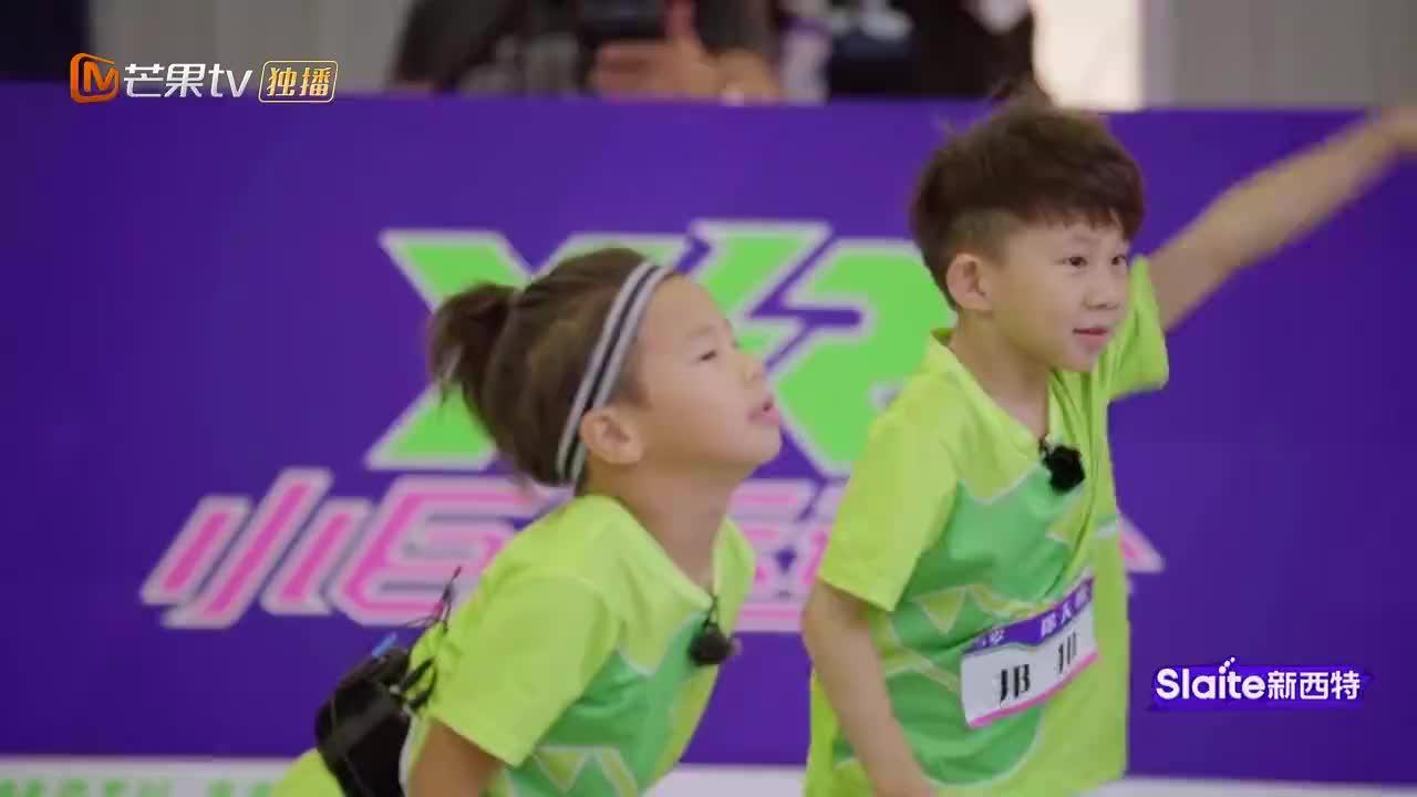 郑希怡练习侧手翻,谁知竟还没5岁小男孩翻的好,希怡:不开心!
