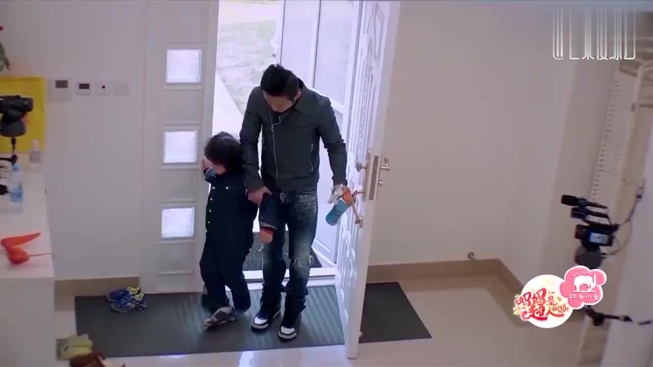 邹市明总是在外面训练,难得回一次家也不陪孩子玩,轩轩哭惨了