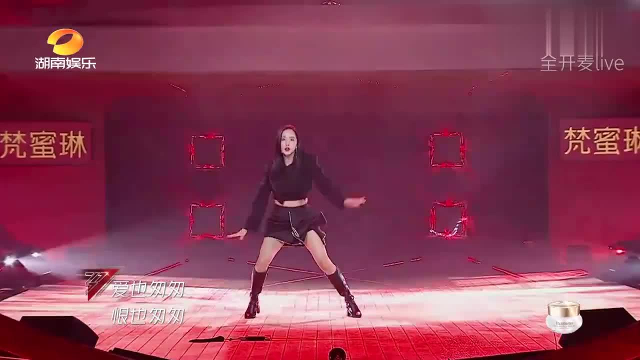 王智演唱《刀剑如梦》,穿超短裙舞剑花太拼了!张雨绮一脸惊愕!