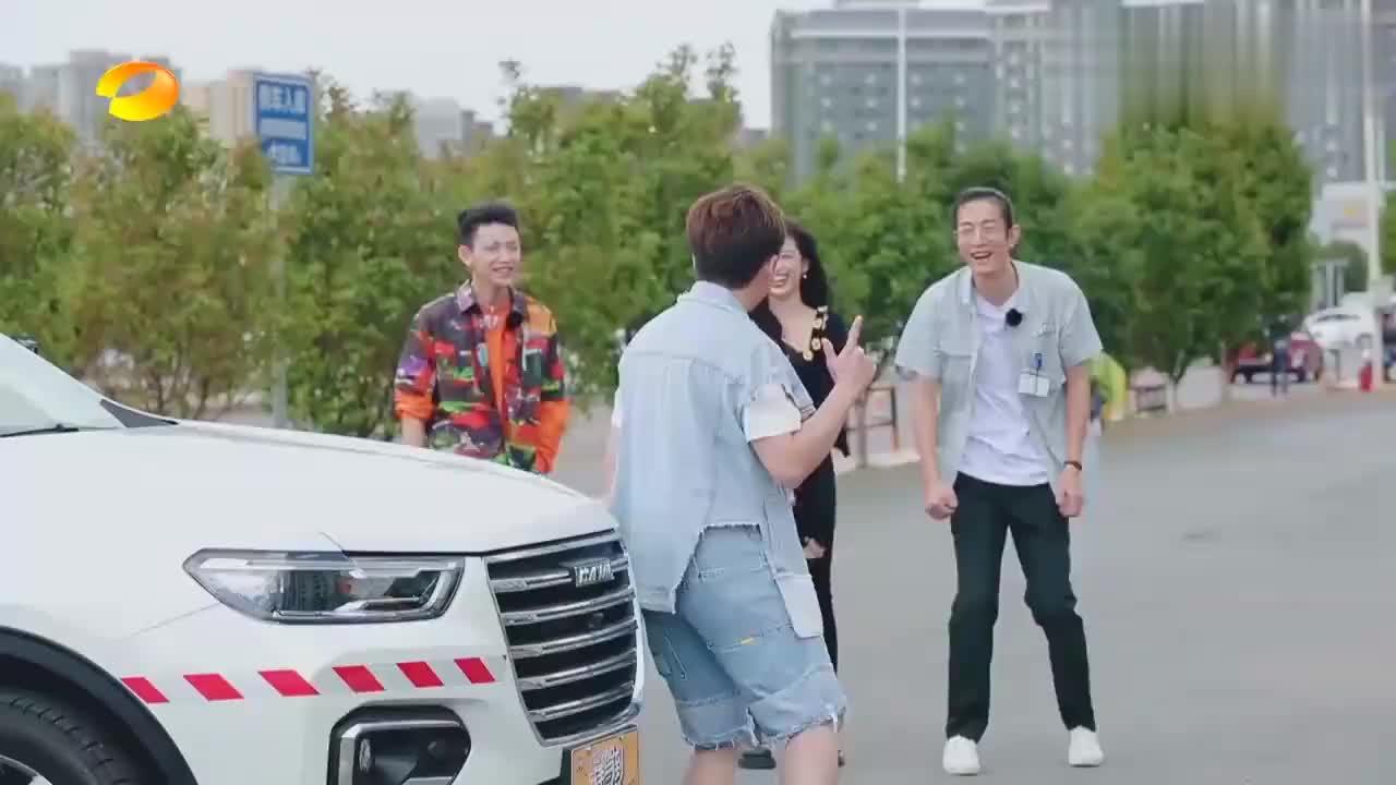 小鬼魔性舞步上演登车秀,吴宣仪秒变时尚名模,教练当场看傻眼!