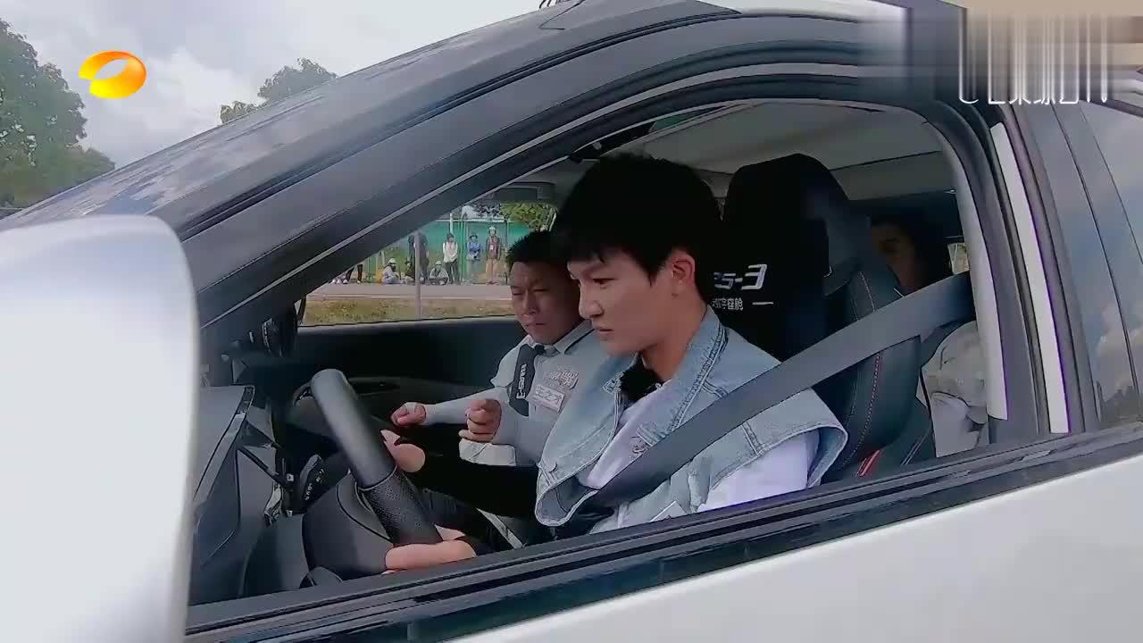 """周深学开车遭""""绑架""""?被教练绑到方向盘上,一脸懵圈笑死人!"""