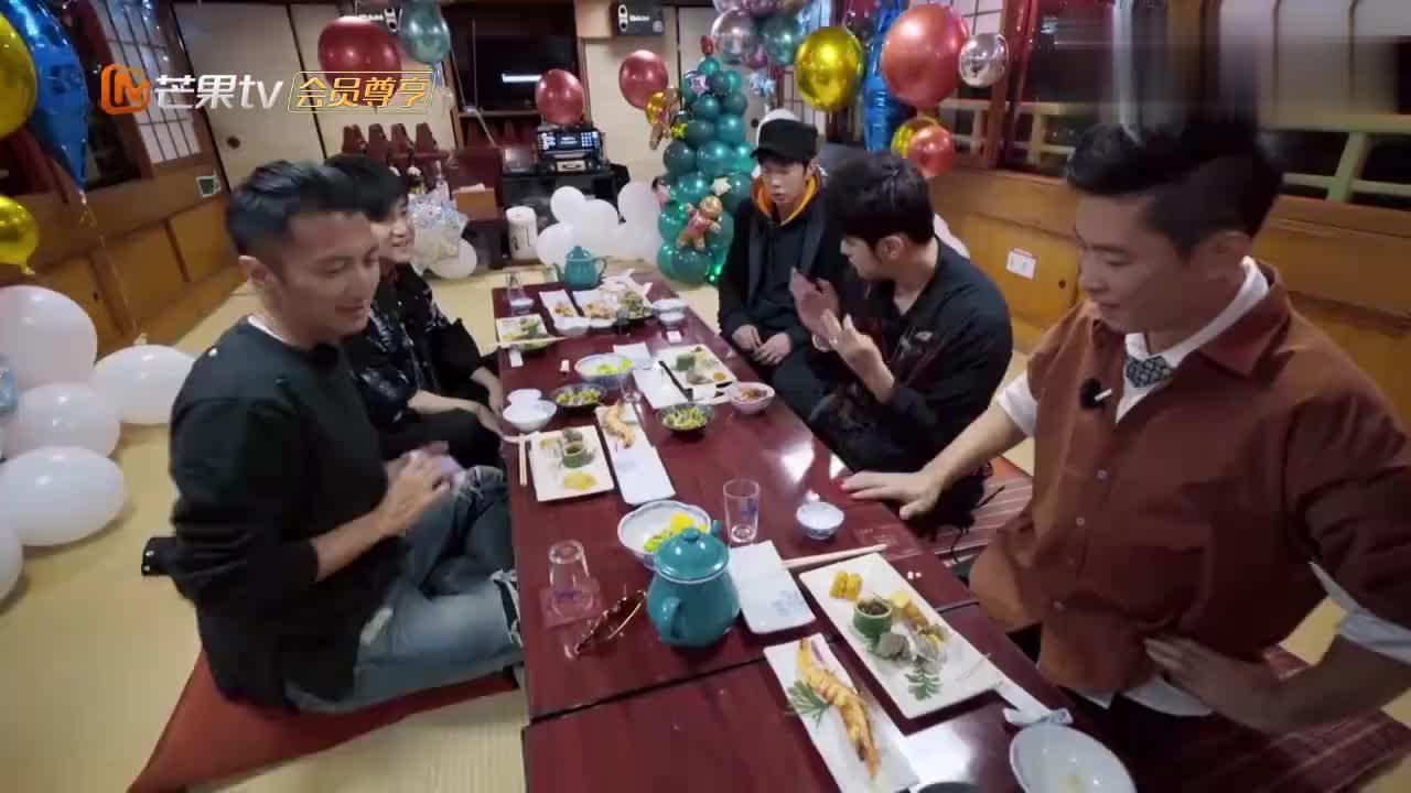 周游记:谢霆锋洗扑克牌,手法堪比世界赌王,魔术师都看傻眼了!