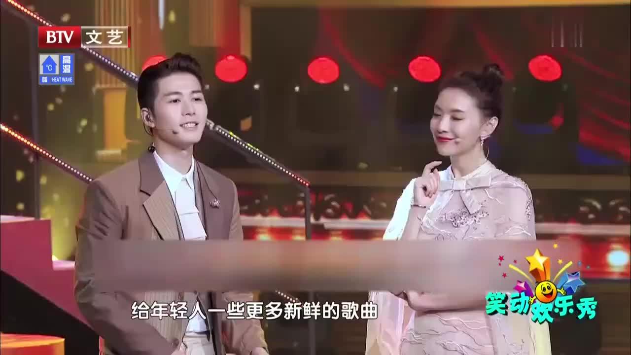 陈学冬谭维维即兴表演《夫妻双双把家还》,现场气氛欢乐